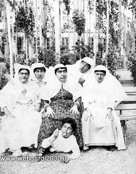 عکس تاریخی:شکلک درآوردن زنان قاجاری!